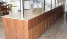 Balcão de madeira com portas e tampa de mármore