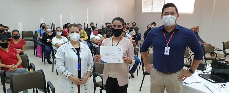 Anutricionista Fabiane Crul Goldschmidt e o técnico de Relações com o Mercado do Senac Paraná, Josimar Paiva Espindola, entregam o certificado da palestra para a profissional Roseli Busata.